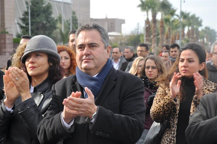 İzmir Barosu'nun Çağrısıyla Bir Araya Gelen İzmir Adliyesi Teröre Karşı Tek Yürek Oldu