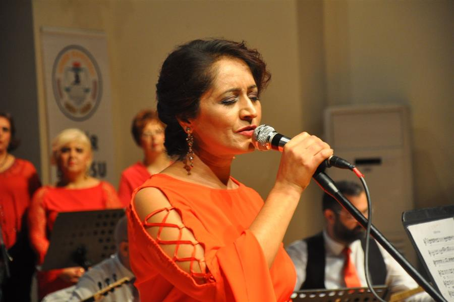 İzmir Barosu Türk Halk Müziği Korosu İzleyenleri Büyüledi