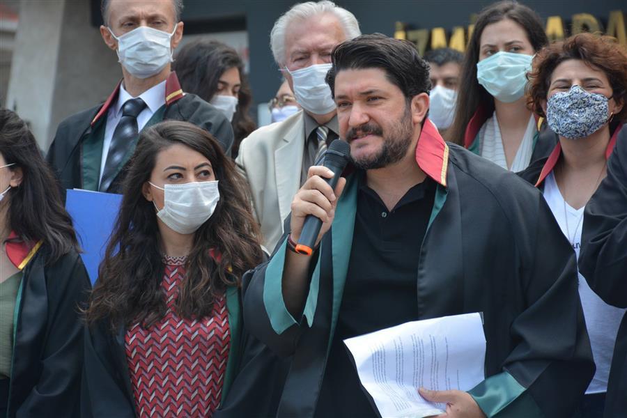 Ankara'da Baro Başkanlarına Yönelik Müdahale İzmir Adliyesi Önünde Protesto Edildi