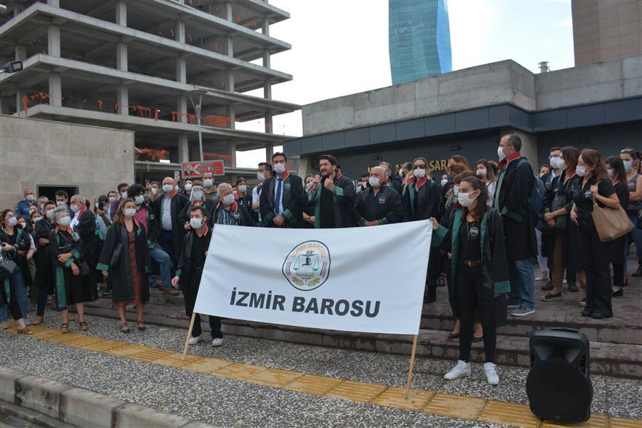 İzmir Adliyesi'nde 'Savunma Susmadı, Susmayacak' Sloganları