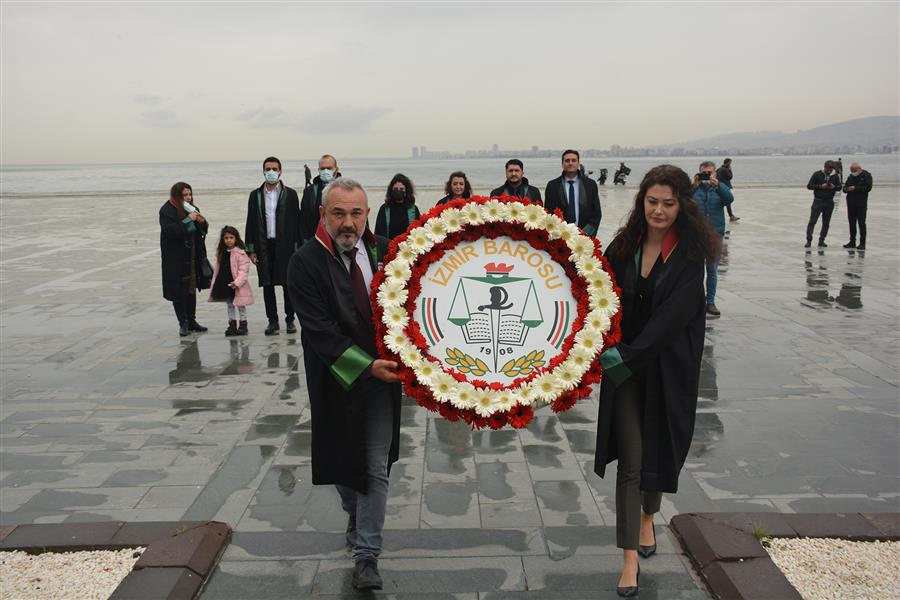 İzmir Barosu Yönetimi Avukatlar Günü'nde Atatürk Anıtı'na Çelenk Sundu